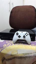 Xbox one + manete branca seminova