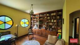 Uma casa com muita personalidade, uma construção com ambientes espaçosos e arejados