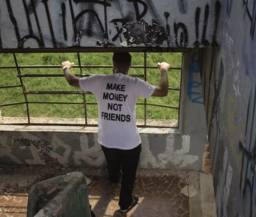 Camiseta branca make money not friends
