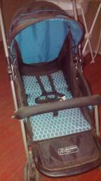 Carrinho de bebê azul e preto.