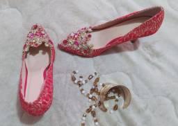 Sapato de salto alto com pedras luxuosas