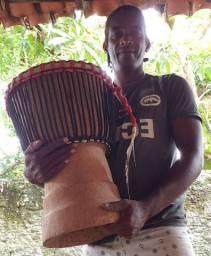 Tambor djambê africano talhado a mão