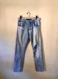 Calça jeans com tedalhes detonados