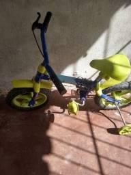 Bicicleta e velocípede de menino semi novo