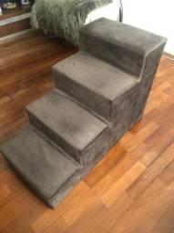 Escada Pet R$ 120 Seminova em madeira revestida de tecido acolchoado