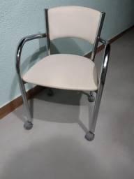 Cadeira branca para escritório com rodinhas