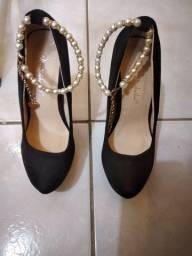 Sapato de casamento  perto com pérolas