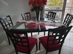 Mesa triangular com 6 cadeiras