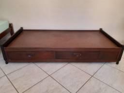 Cama de madeira usada