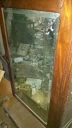Armário antigo de madeira maciça e espelho de cristal
