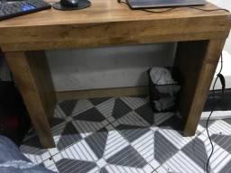 Mesa de estudo com uma gaveta