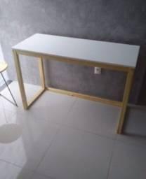 Mesa escrivaninha tampo em Mdf branco e base em madeira de pino verniz imbuia.<br>