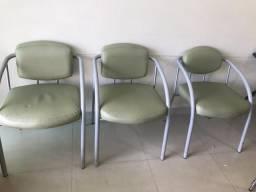 Kit com três cadeiras de espera verde em ótimo estado de conservação