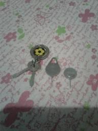 Vendo essas duas chaves de celular vai com esse chaveiro