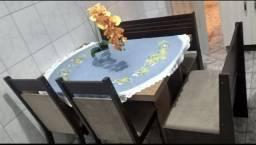 Mesa de parede com 2 poltronas e 2 cadeiras