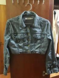 Jaqueta cropped em jeans resinado