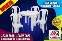 Cadeiras e mesas plásticas