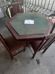 Mesa de jogos com cadeiras
