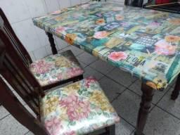 Mesa com duas cadeiras  só não vendo o vidro