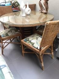 Mesa com  5 cadeiras , com tampo em vidro sobreposto