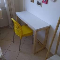 Mesa decoração escrivaninha tampo em Mdf branco e base em madeira de pino