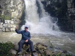 Area de terra beira de rio com cascata