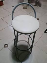 Banquetas em ferro na cor cinza e assento branco