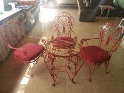 Mesa e cadeiras de ferro para uso externo ou interno