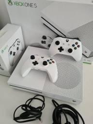 Título do anúncio: Xbox One S 1TB com 2 controles