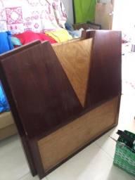 Vemos duas cabeceiras de madeira para cama de solteiro