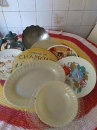 Feirinha de pratos, jarra, fruteira inox , e conjunto de pratos decorados