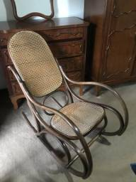 Cadeira de balanço antiga - muito bem conservada