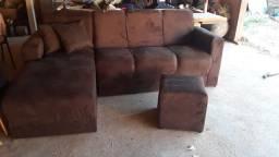 Sofá de 4 lugares com 2 almofadas e 1 puf