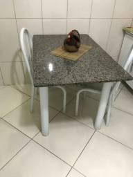 mesa de cozinha com pedra em mármore com 2 cadeiras