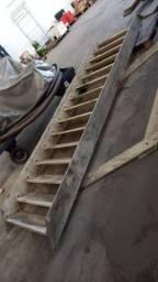 Escada reforcada de madeira
