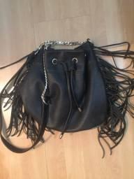 Bolsa saco com franjas e correntes
