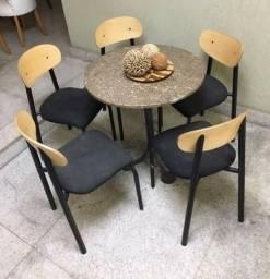 Conjunto de 3 mesas redondas com cadeiras