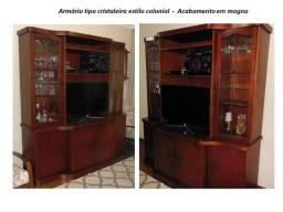 Armário tipo cristaleira com espaço para TV - Estilo Colonial em Mogno