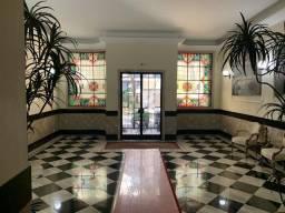 Venha morar no prédio famoso pelos vitrais, uma joia do Art Déco de Copacabana