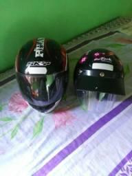 Dois capacetes e uma capa de chuva