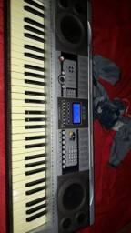 Vendo um teclado musical 950