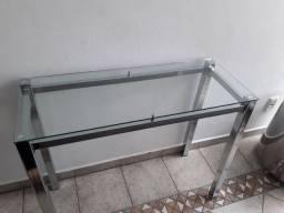 2 Poltronas; mesa de centro, aparador