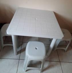 Mesa de plástico com 3 banquetas