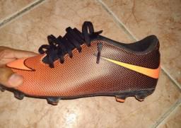 Chuteira society Nike bravata 2