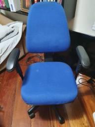 Cadeira de escritório giratória regulável e ergonômica.