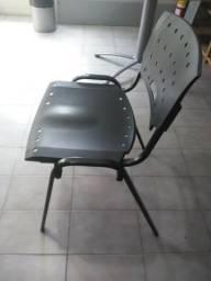 Jogo com 2 Cadeiras de Plástico Preta - Reforçada em ótimo estado de conservação