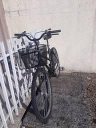 Vende-se bicicleta preta com cestinha