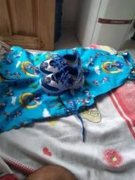 Kids Sonic um sapatinho e um macacão