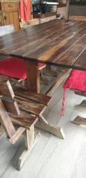 Mesa e copa rústicos