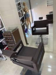 Aluga-se Cadeira de cabeleireiro e Mesa de porcelanista